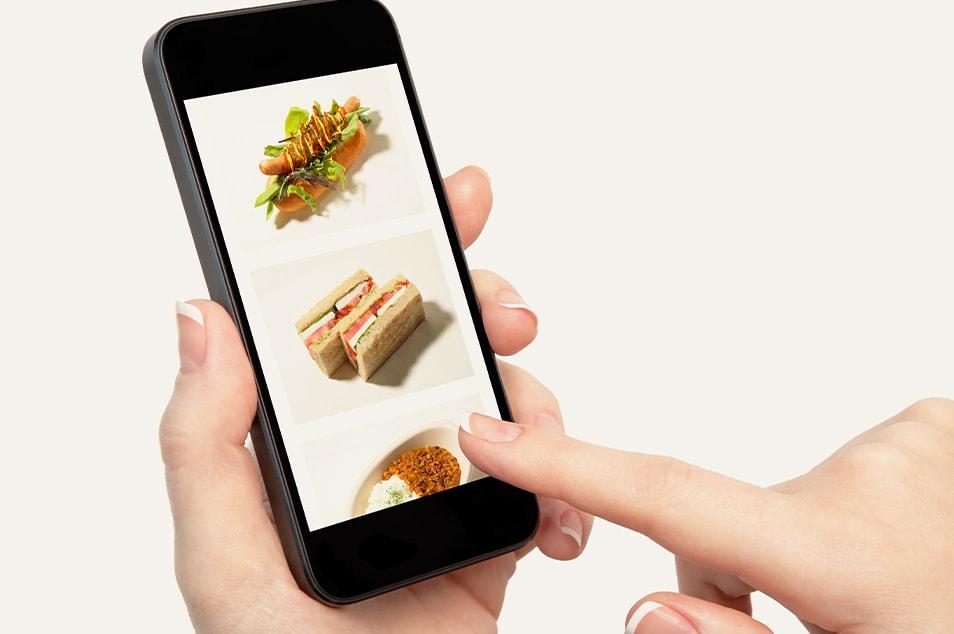 スマートフォンで注文をしているイメージ画像